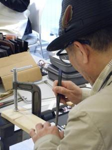 【決定したデザインに沿って、眼鏡枠職人が目の前で切削】TEC2012 テーラーメイドショー